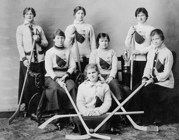 261480_vignette_Queen-s-U-hockey-team-1917
